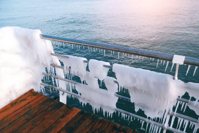 Śnieg i lód na dennym deptaku Lodowacenie nadmorski deptak po silnej zimy burzy z ciężkim mrozem fotografia stock