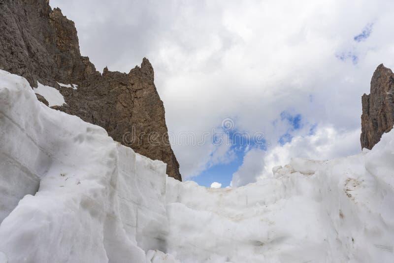 Śnieg i skały na tle chmury Góra krajobraz przy wierzchołkiem Sassolungo zdjęcie stock