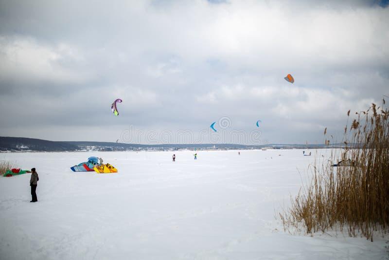 Śnieg kiting na snowboard na zamarzniętym jeziorze obraz stock