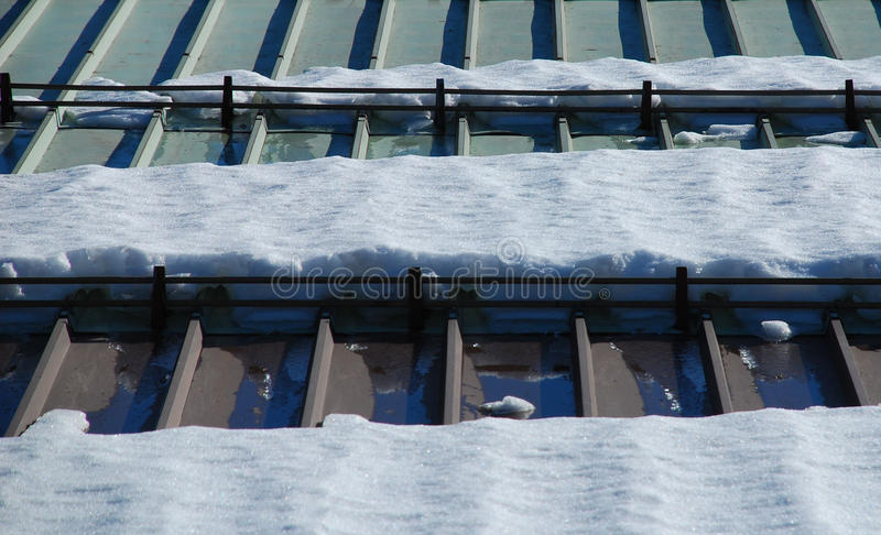 Śnieg na metalu dachu 1 fotografia stock