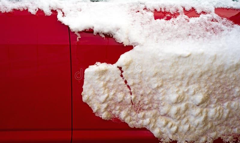 Śnieg na powierzchowności czerwony samochód zdjęcia stock
