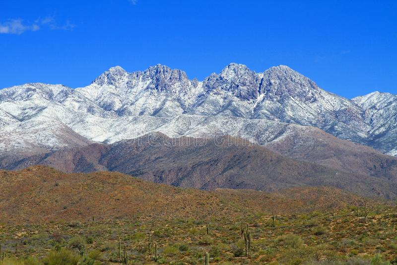 Śnieg na pustynnych górach obraz stock