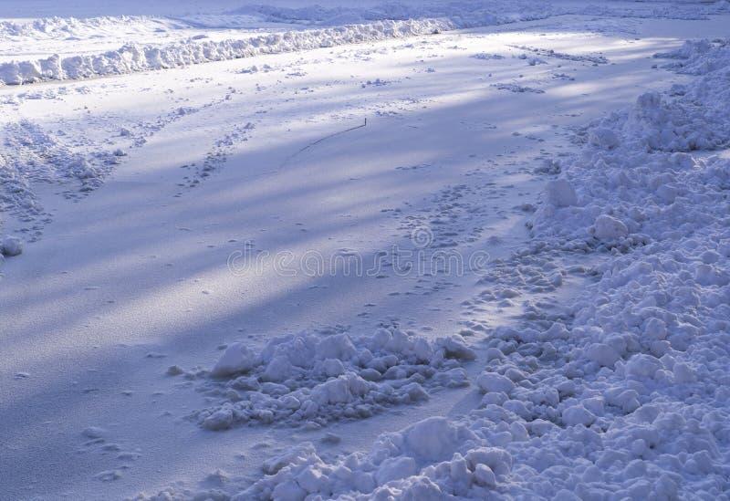 Śnieg na zamarzniętym jeziorze przy zima rankiem Tło, natura zdjęcie stock