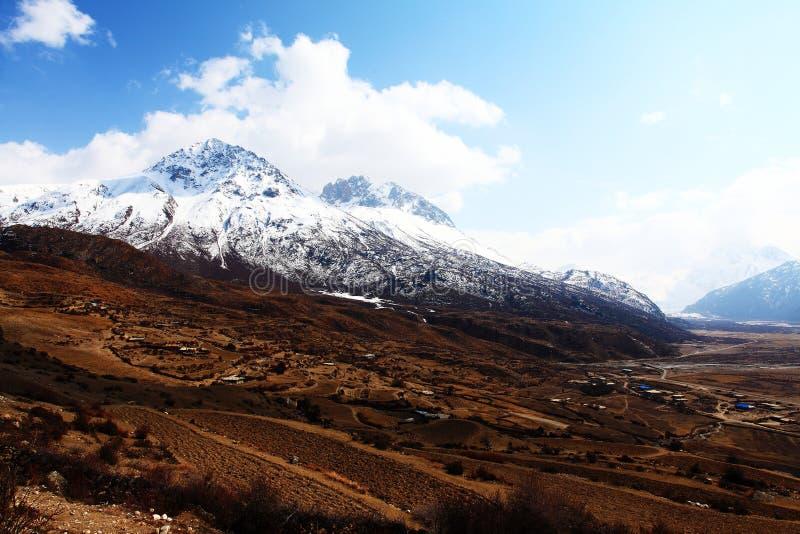 Śnieg nakrywać wioski i góry zdjęcie royalty free