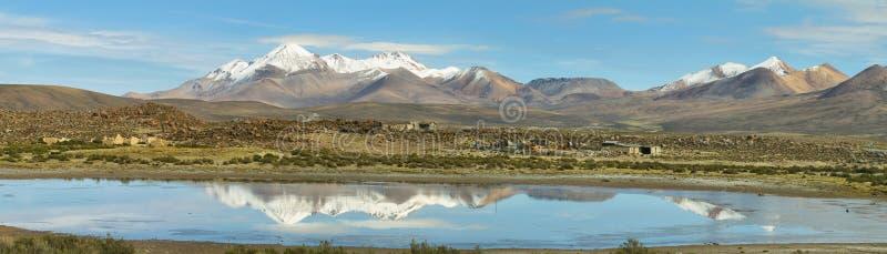 Śnieg nakrywać wysokie góry odbijać w Jeziornym Chungara obrazy royalty free