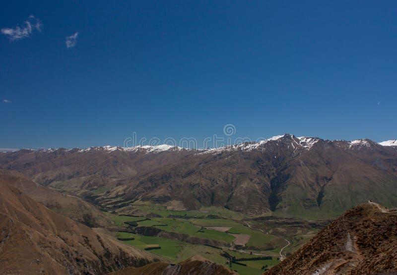 Śnieg nakrywał halnych szczyty widzieć od Roy&-x27; s szczyt w Nowa Zelandia zdjęcia stock