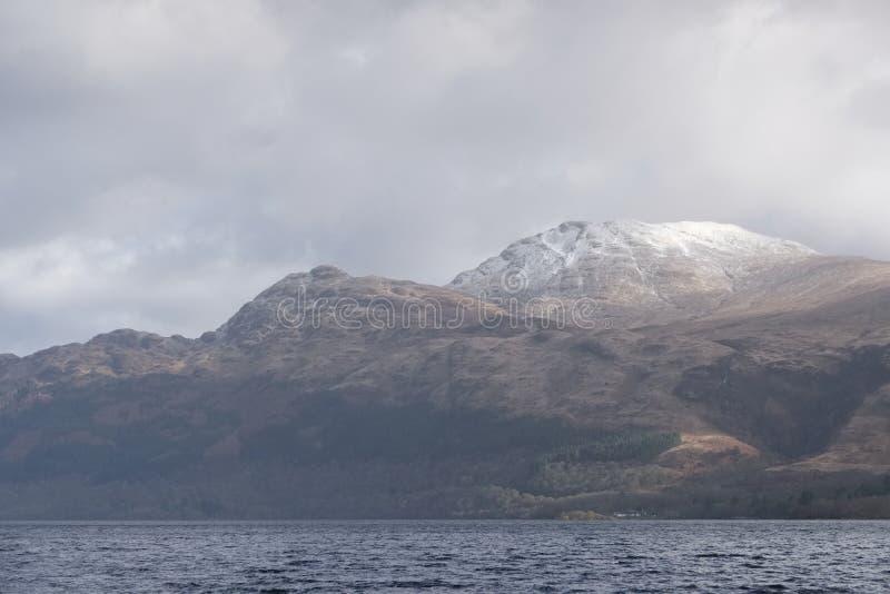 ?nieg nakrywaj?ca g?ra na Ben Lomond zimy krajobrazu Szkockiej scenie obraz stock