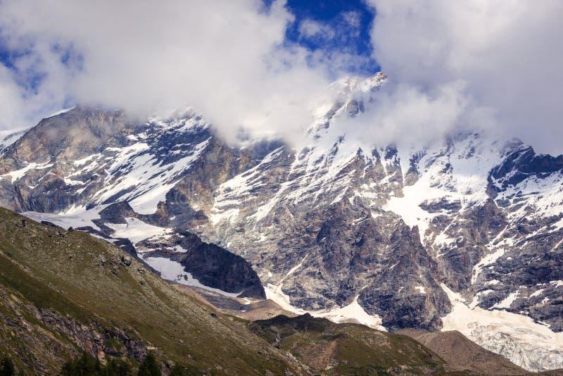 Śnieg nakrywający halny szczyt w chmurach obraz royalty free
