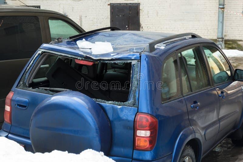 Śnieg od dachów spadał na samochodzie i łamał tylni okno obraz stock