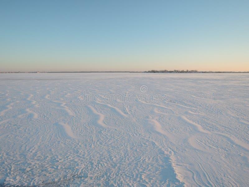 Śnieg powierzchnia tworzył wiatrem fotografia stock