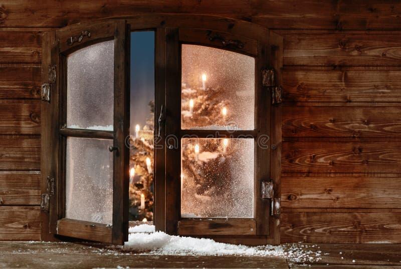 Śnieg przy Otwartą Drewnianą Bożenarodzeniową Nadokienną taflą obraz royalty free