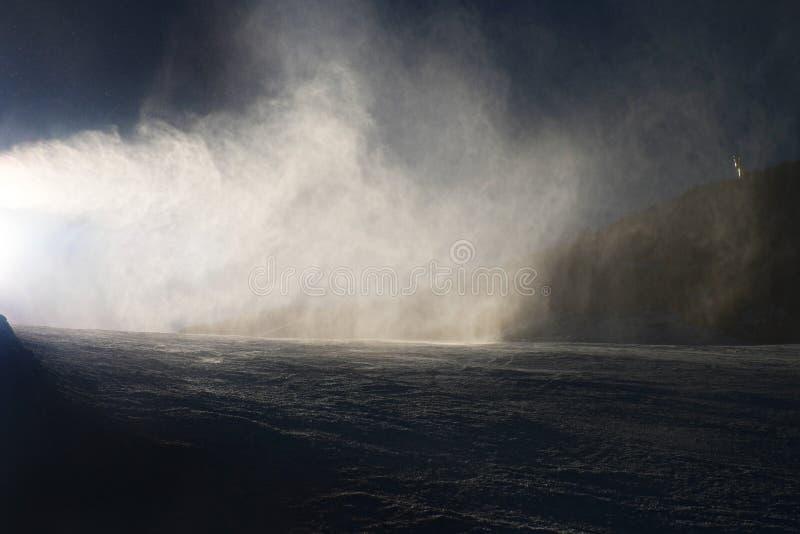 Śnieg robi na skłonie Narciarka blisko śnieżnego działa robi świeżemu prochowemu śniegowi Halny ośrodek narciarski w zima spokoju fotografia royalty free