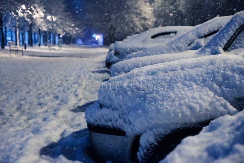 śnieg samochodowy , zima pogodowy pojazd Samochody blokujący śniegiem na drogach, uliczny paraliż ruch drogowy zdjęcia stock