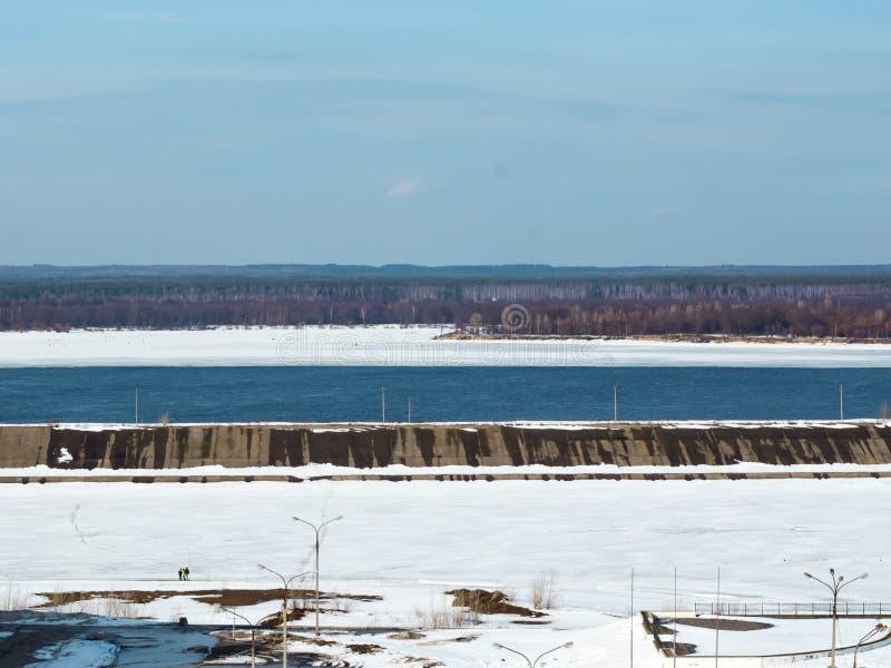 Śnieg topi na rzece, wiosna krajobraz W Rosja długo oczekiwany wiosna fotografia stock