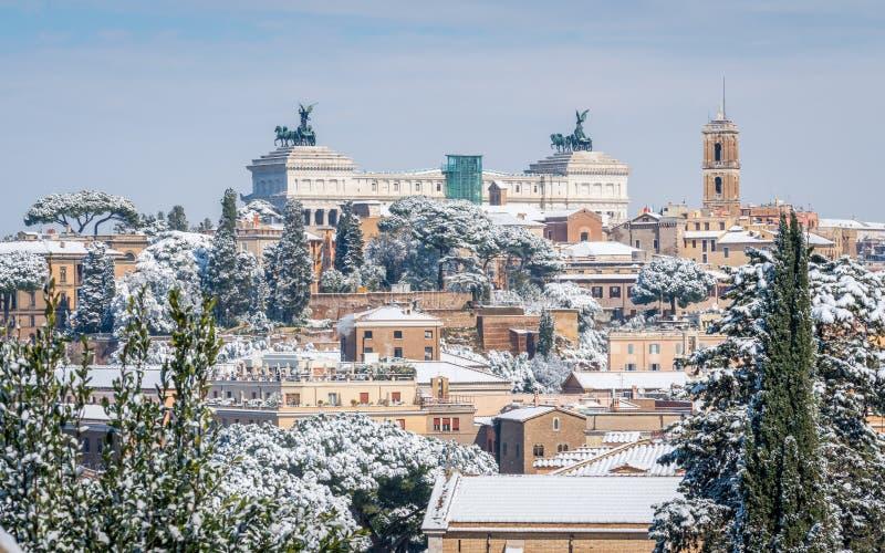 Śnieg w Rzym w Luty 2018, panoramiczny widok od Pomarańczowego Ogrodowego Giardino degli Aranci na Aventine wzgórzu obraz royalty free