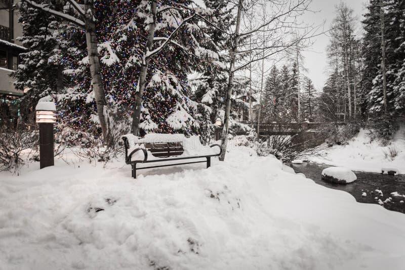 Śnieg zakrywał ławkę w Vail, Kolorado podczas zimy obrazy royalty free