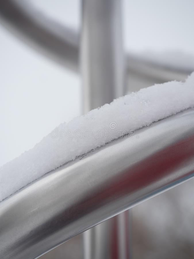 Śnieg Zakrywał metal drymby z Płytką głębią pole zdjęcie stock