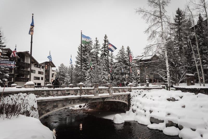 Śnieg zakrywał most w Vail, Kolorado podczas zimy fotografia royalty free