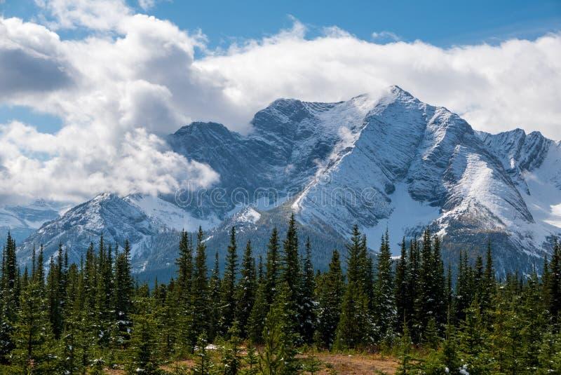 Śnieg zakrywająca góra okrywająca w chmurach obrazy stock