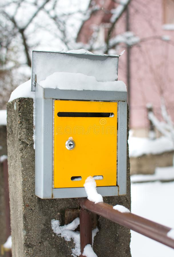 Śnieg zakrywająca skrzynka pocztowa przed domem obrazy stock