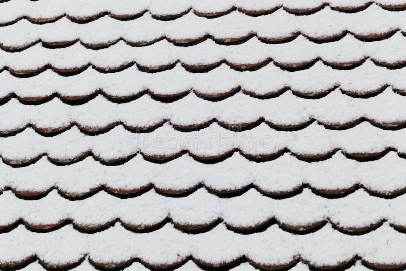 Śnieg zakrywający cegła dach obraz stock