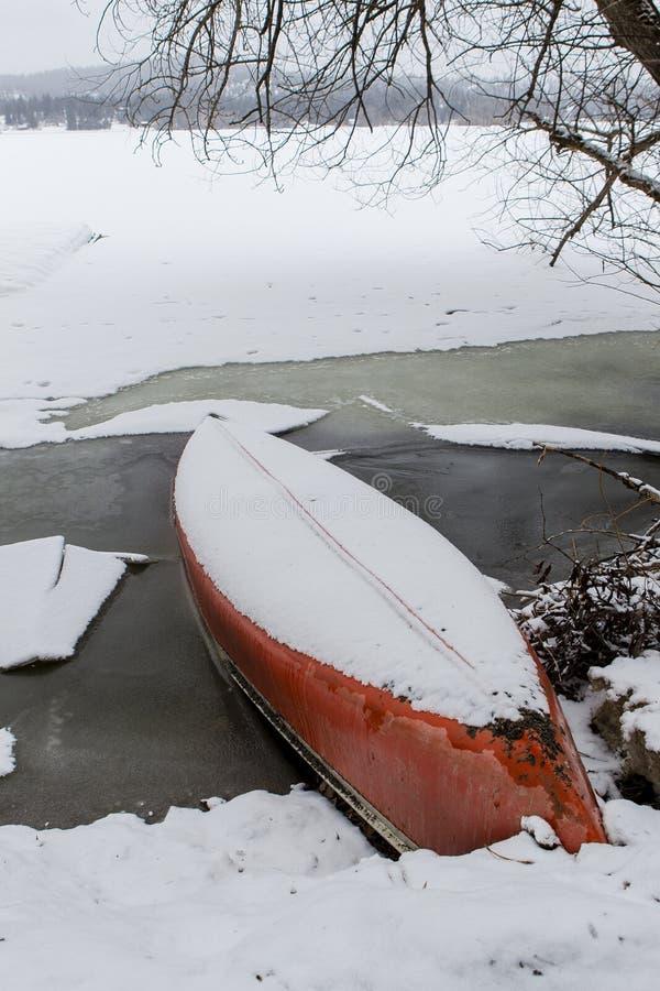 Śnieg zakrywający czółno jeziorem zdjęcia royalty free