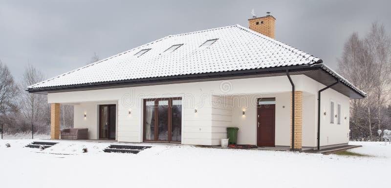 Śnieg zakrywający pojedynczy rodzina dom fotografia royalty free