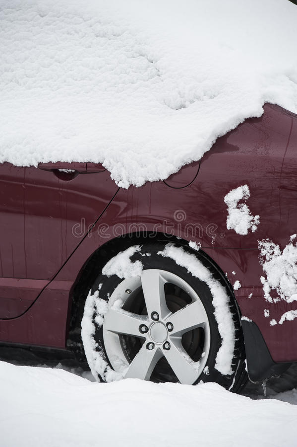 Śnieg zakrywający samochód obraz stock