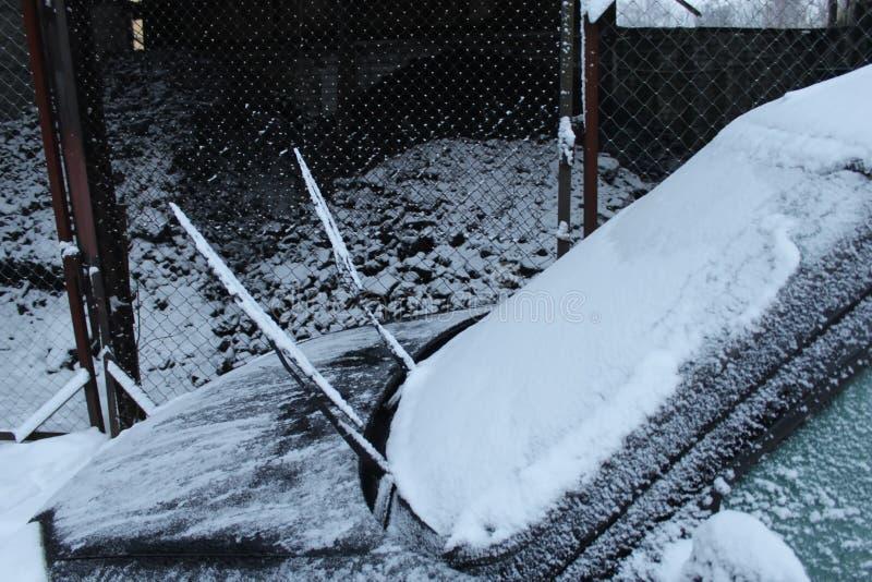 Śnieg zawijał samochód on ` s smutny jak szczeniak fotografia royalty free