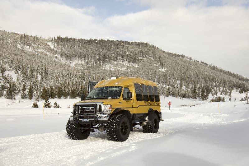 Śniegu niskiego naciska opony powozowy pojazd na zimy drodze w Yellowsto fotografia royalty free
