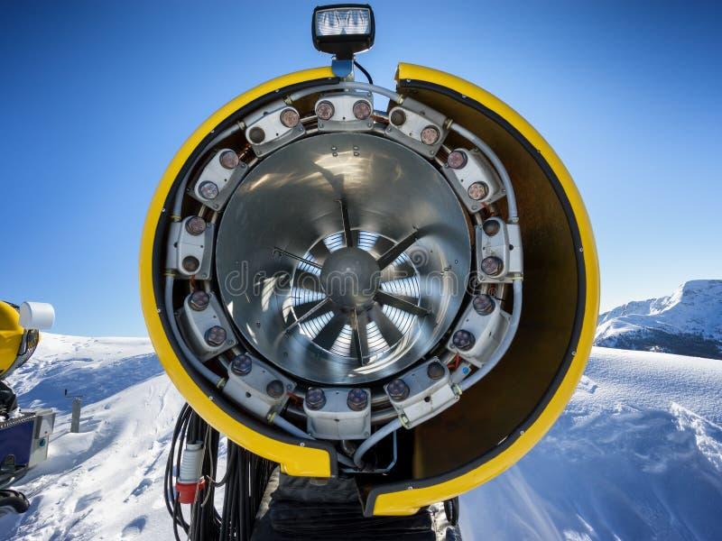 Śniegu pistolet na narciarskim skłonie obraz royalty free