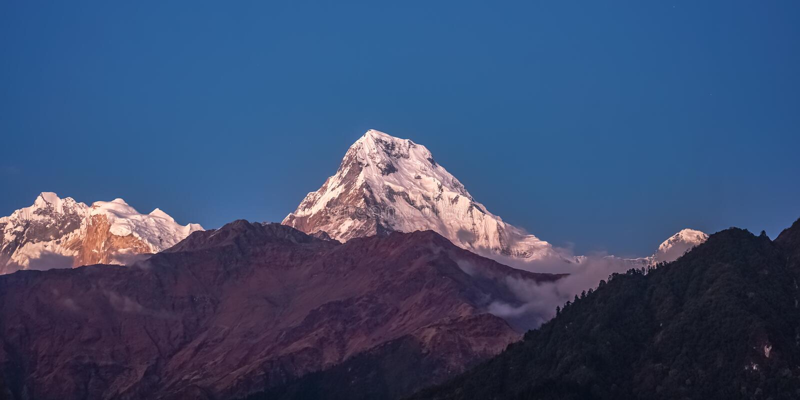 Śniegu szczyt Annapurna góra przy wschód słońca wśród chmur w himalajach w Nepal zdjęcia royalty free