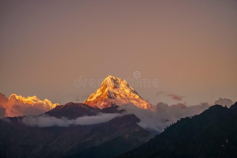 Śniegu szczyt Annapurna góra przy wschód słońca wśród chmur w himalajach w Nepal fotografia stock