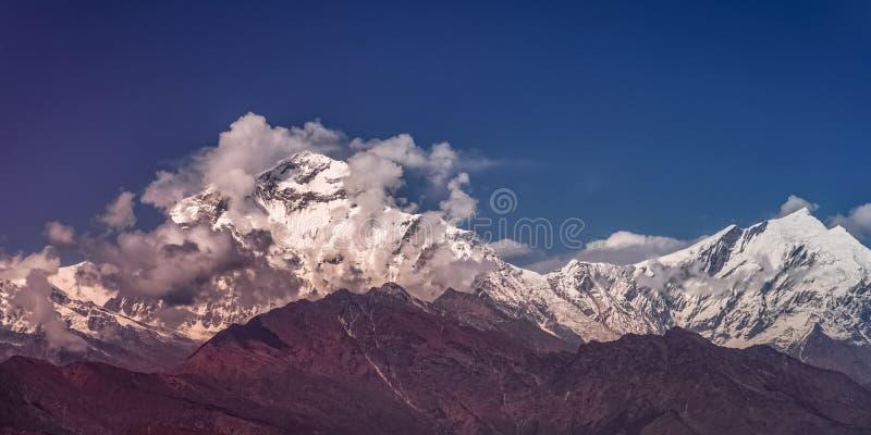 Śniegu szczyt Dhaulagiri góra przy zmierzchem w himalajach w Nepal obraz stock