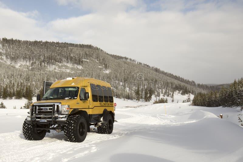 Śniegu trener na zimy drodze w Yellowstone parku narodowym zdjęcia stock