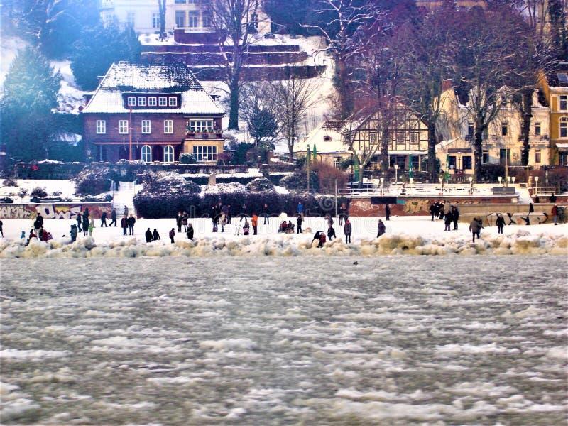 Śniegu, zimna i odprowadzenia ludzie w Niemcy, Czarowny widok i magia zdjęcia stock