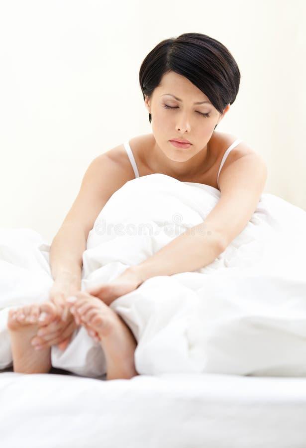 Śpiąca kobieta jest w łóżku obrazy stock