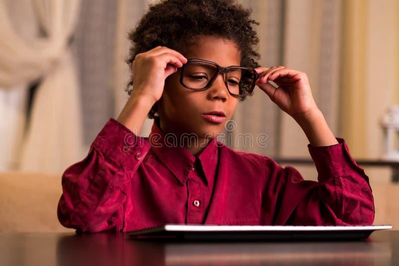 Śpiący czarny dzieciak przy klawiaturą zdjęcie stock