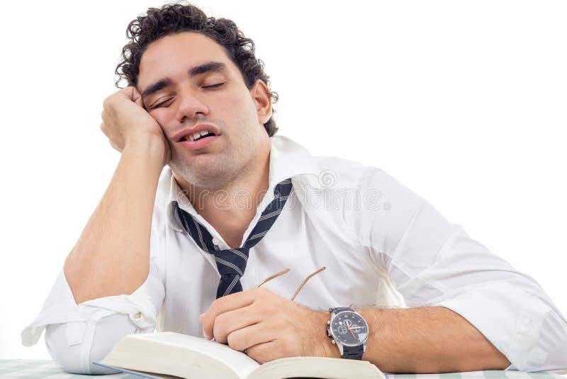 Śpiący mężczyzna z szkłami w białym koszula i krawata obsiadaniu z książką obrazy stock