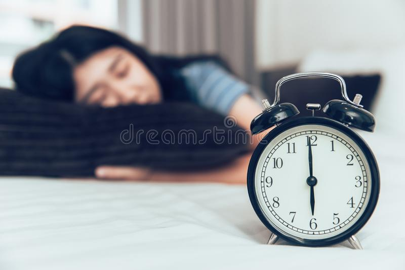Śpi lub drzema odpoczynek od zmęczonego dnia czasu zdjęcia royalty free
