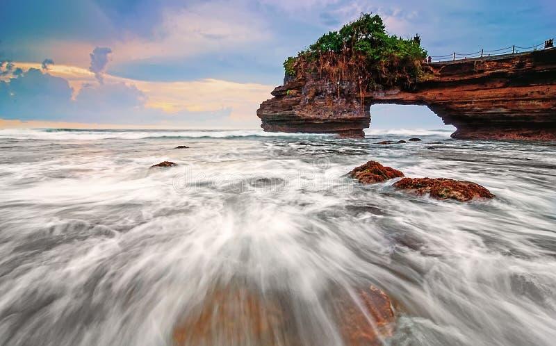 Śpieszyć się fala w Tanah udziale, Bali wyspa Indonezja zdjęcia stock