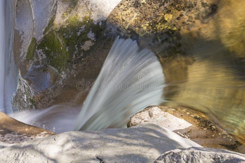 Śpieszyć się wodę na Halnym strumieniu zdjęcia stock