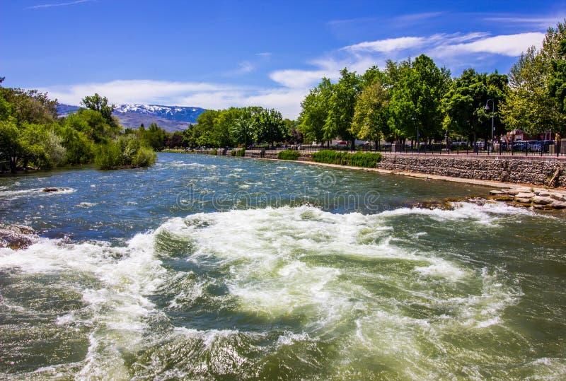 Śpieszyć się wody Truckee rzeka Wzdłuż Rzecznego spaceru zdjęcie stock