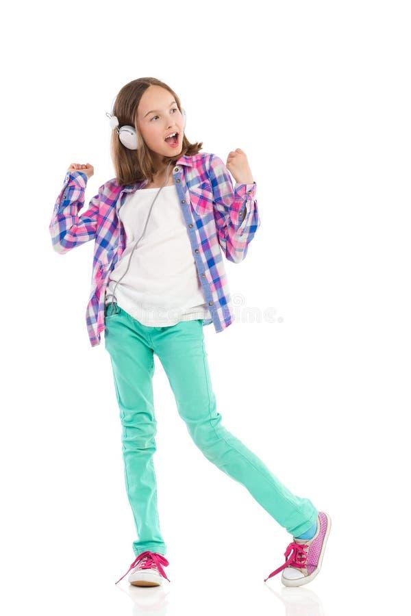 Śpiewacka dziewczyna z hełmofonami obrazy stock