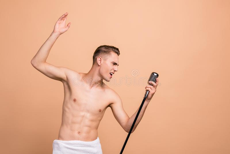 Śpiewający w prysznic, odpoczynek, relaksuje pojęcie Profilowy boczny widok ph obraz royalty free
