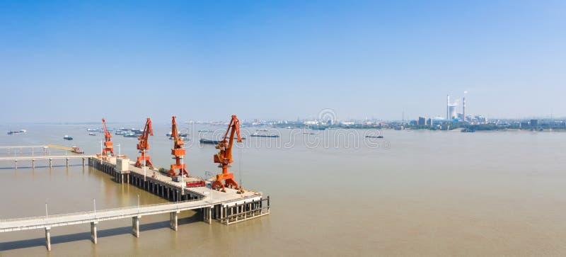 Śródlądowa rzeczna nowożytna ładunku nabrzeża panorama obrazy stock