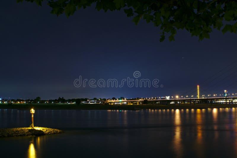 Śródlądowego portu wejście przy nocą zdjęcia stock