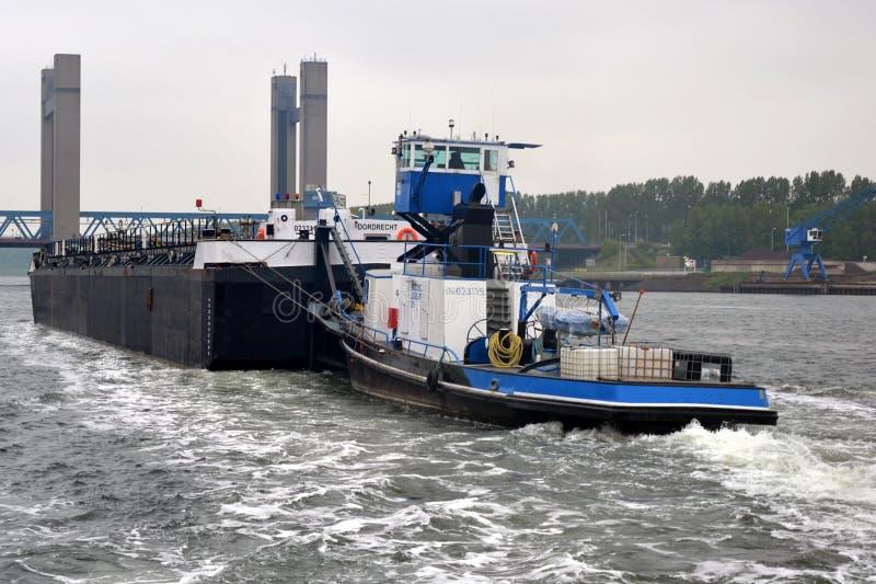 Śródlądowy barki kłoszenie w kierunku mosta obrazy royalty free