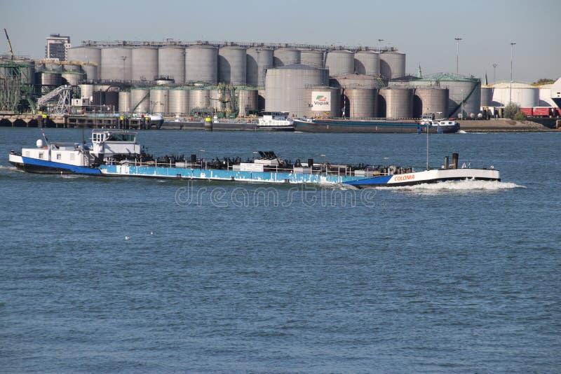 Śródlądowy tankowa statek Colonia w botlek porcie przy chemicznymi przemysłami w Botlek schronieniu w Rotterdam z Vopak zbiornika zdjęcia royalty free
