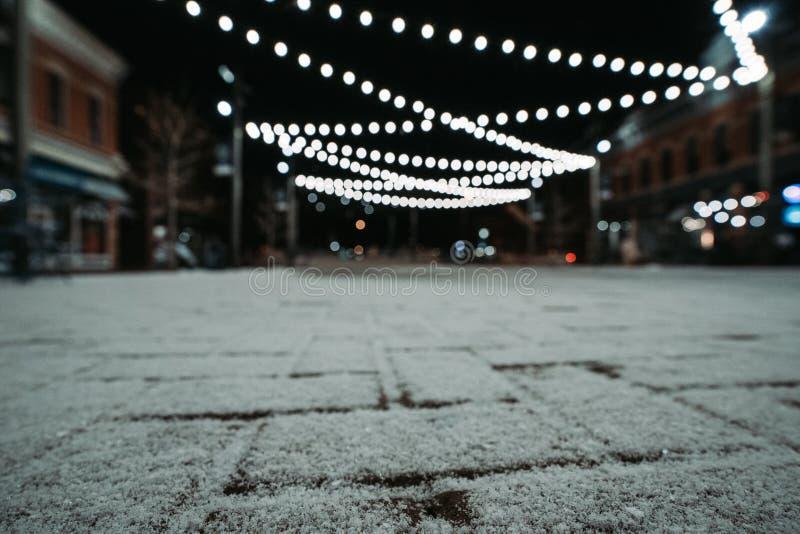 Śródmieście śnieg przy nocą i światła obrazy stock